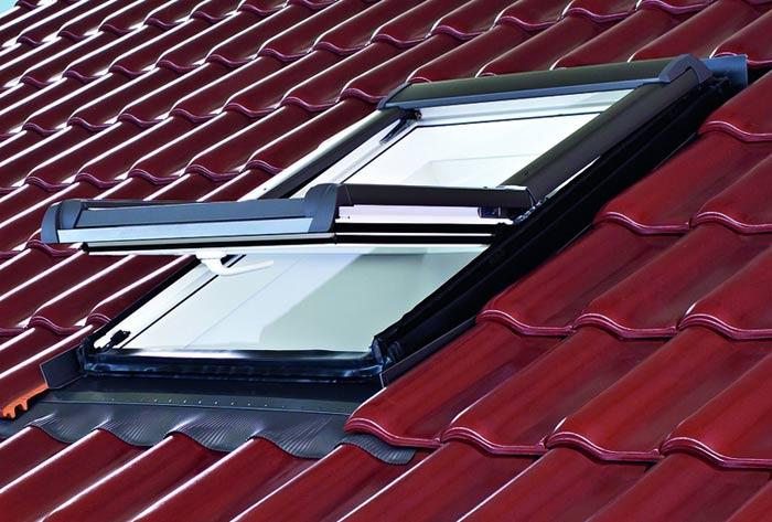 Detailansicht Dachgewerk-R4 Kunststoff-Dachfenster, eingebaut in Dach