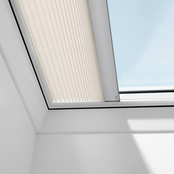 Detailaufnahme eines VELUX Elektro-Plissee FMG für Flachdachfenster mit hellem Dekor