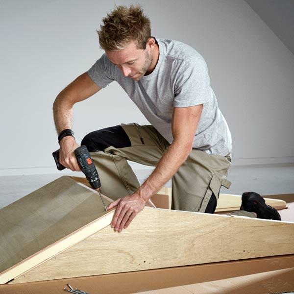 Dachfenster-Profi bei der Montage eines Aufkeilrahmens